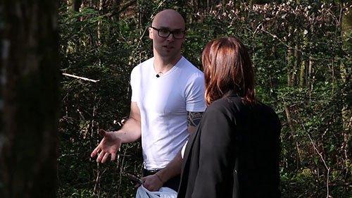 un homme et une femme entrain de discuter dans une forêt