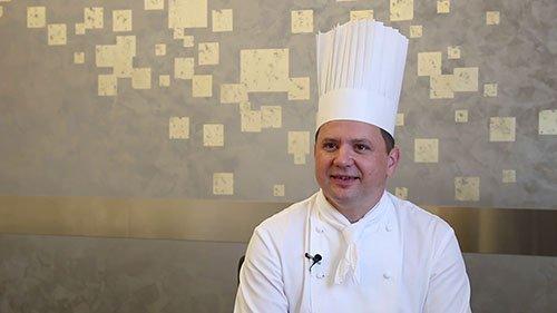 Portait de Franck Giovannini avec son habit de cuisinier